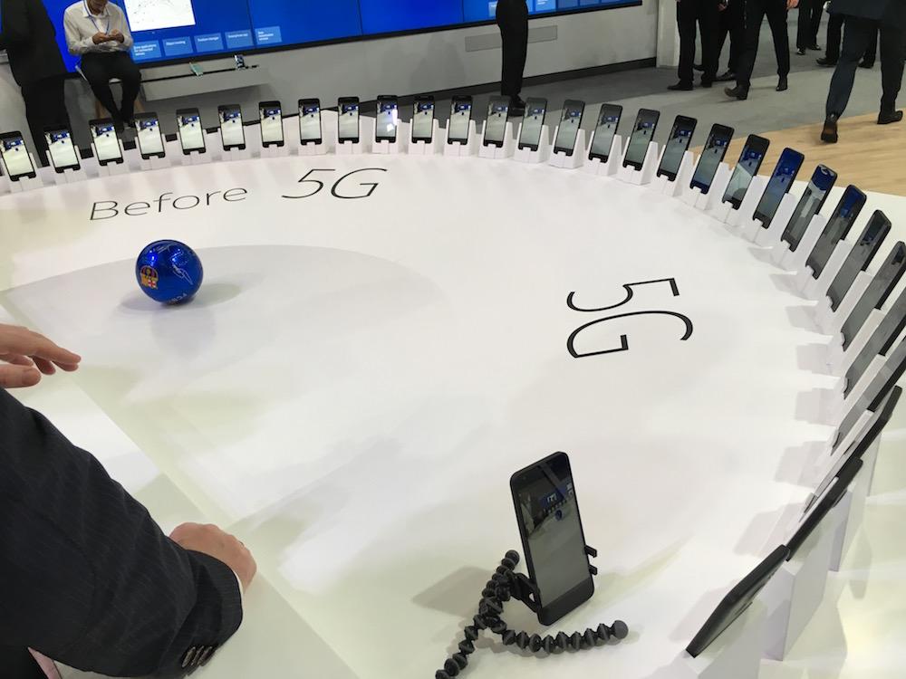 Nokia esittelee liikutettavan pallon avulla, kuinka 5G-verkoissa videon siirto tehostuu.