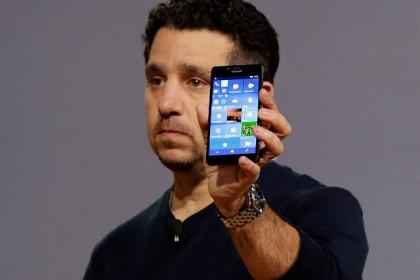 Tylsistyneeltä vaikuttavasta lavaesiintymisestään jo itselleen lähes tavaramerkin tehnyt Panos Panay esitteli Lumia 950 -puhelimet lavalla