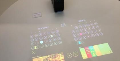 Xperia Projector luo pinnalle kuten pöydälle kuvan, jota voi ohjata kosketuksin ja pyyhkäisyin.