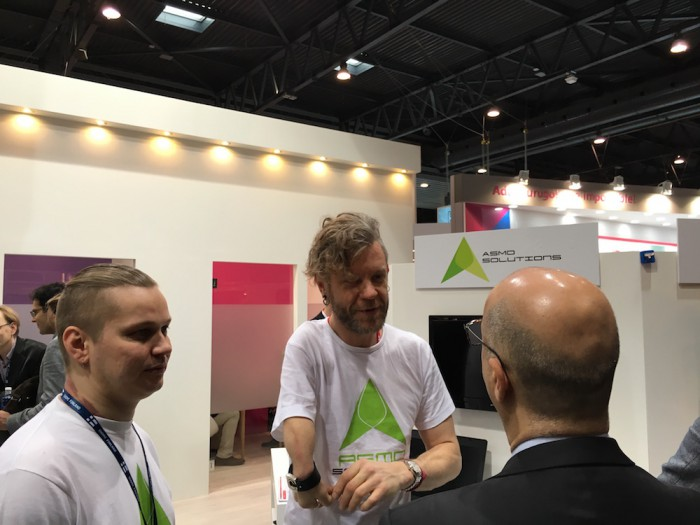 """""""Ihmelaturia"""" kauppaavan Asmo Solutionsin perustaja Asmo Saloranta sekä yrityksen toimitusjohtajaksi tullut, ex-Jolla-perustaja Marc Dillon kertomassa tarinaa kiinnostuneelle MWC-kävijälle."""