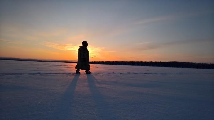 Shamaani järven jäillä Levin lähellä.