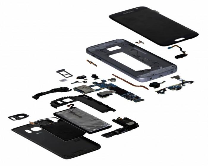 Samsung Galaxy S7:n hajotettuna komponentteihinsa IHS:n kuvassa.