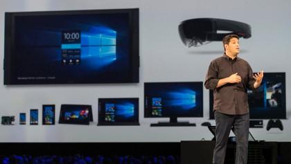 Microsoftin Windows- ja laiteyksikön vetäjä Terry Myerson Build 2016 -tapahtuman lavalla. Puhelimet olivat jo sivuosassa.