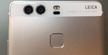 P9:n 12 megapikselin Leica-kaksoiskamera. Musta kohta on automaattitarkennuksessa hyödynnettävän laserin kohta, sen yläpuolella LED-kuvausvalo.