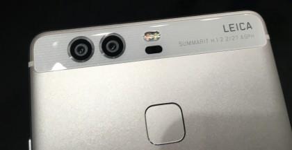 P9:n erikoisuus on sen kaksoiskamera, jossa on normaali värikamera- ja mustavalkokamera.