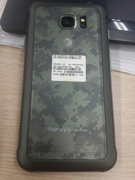 Galaxy S7 activen takakuorta koristaa armeijakuosi.
