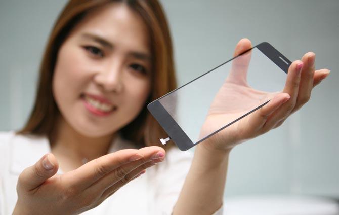 LG Innotek yhdisti sormenjälkitunnistimen puhelimen etupuolta suojaavaan lasipaneeliin.
