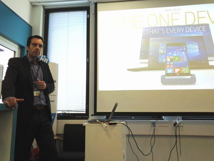 Mika Arhi esittelemässä HP Elite x3 -älypuhelinta.