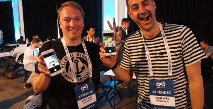 Futureflyn perustajiin lukeutuvat Pietari Päivänen ja Oskari Häkkinen olivat Arctic15:ssä tapaamassa sijoittajia ja mediaa. Kuvassa he poseeraavat Rawr-hahmojensa selfie-kuvien kanssa.