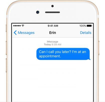 Viestit-sovelluksessa iMessaget näkyvät sinisenä, perinteiset SMS-tekstarit vihreänä.