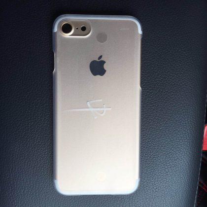 Väitetty kuva tulevan iPhonen takakannesta. Huomaa suurentuneen kameran laajempi reunus ja siirtyneet antennijuovat. Kuvassa rungon päällä läpinäkyvä lisäsuojakuori.