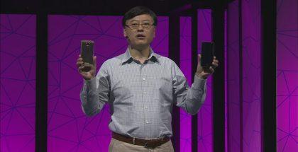 Lenovon toimitusjohtaja Yuanqing Yang ja uudet Moto Z -puhelimet.