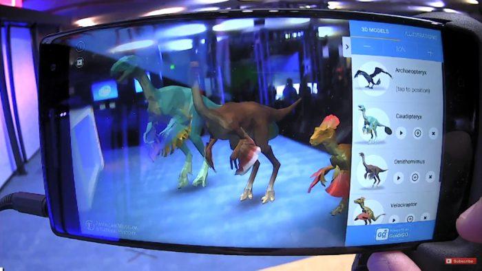 Todellisuuteen lisättyjä dinosauruksia Phab 2 Pron ruudulla.