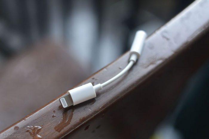 Kuvassa väitetty Applen Lightningin-liitännän ja 3,5 millimetrin kuulokeliitännän adapteri.