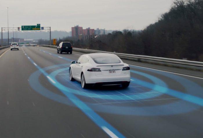 Teslan Autopilot toimii suuremmilla teillä, ei vielä kaupunkikeskustoissa ja pikkukujilla.