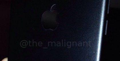 Musta iPhonen alumiinirunko.