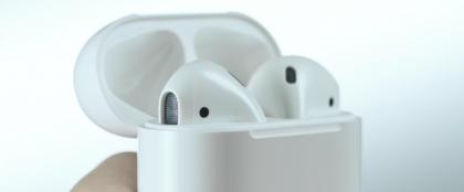 Apple AirPodsit kotelossaan.