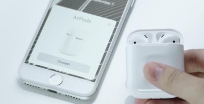 Apple AirPodsit kotelossaan ja iPhone.