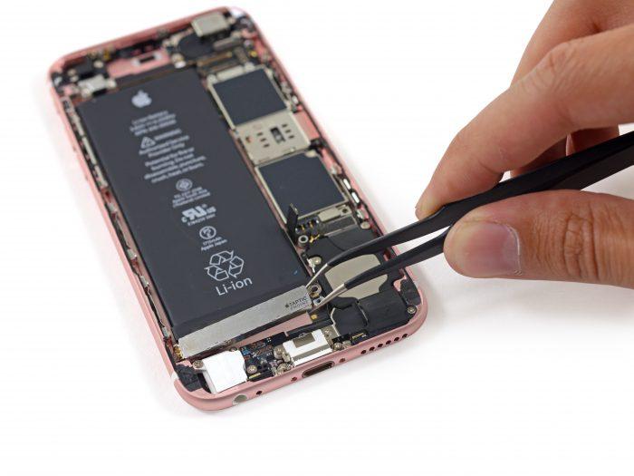 iPhone 6s iFixitin purkukäsittelyssä. Kuulokeliitäntä erottuu vasemmassa alakulmassa.