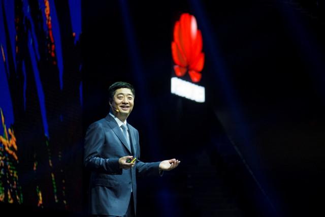 Huawein yksi toimitusjohtajista Ken Hu esitteli Connectin lavalla Huawein pilvistrategian, joka perustuu eri aloille räätälöityihin ratkaisuihin sekä kumppanuuksiin.