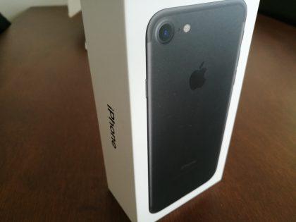 Mustan iPhone 7:n myyntipakkaus.