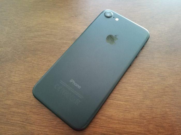 Musta mattaväri sopii hyvin iPhoneen. Erityisesti mustissa värivaihtoehdoissa antennijuovat ovat nyt jo lähes huomaamattomat.