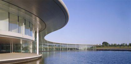 McLarenilla on näyttävä pääkonttori ja teknologiakeskus Isossa-Britanniassa.