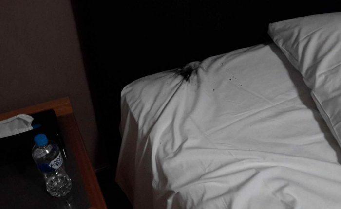 Hotellihuoneen sängylle aiheutui vahinkoa.