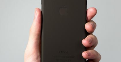 Peel-kuori säilyttää iPhone 7:n ulkonäön.