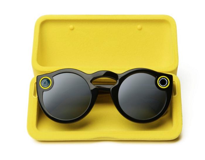 Spectacles-lasit latautuvat kotelossaan, jonka akkuvirta riittää lataamaan lasien akun täyteen neljästi.