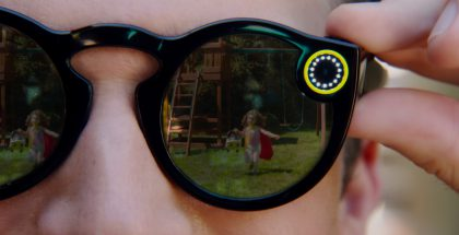 Ympyrän muodossa loistavat LED-valot kertovat Spectacles-lasien tallentavan videota.