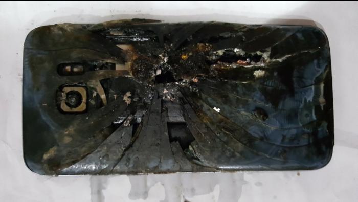 Elisha Loewenin Google+:ssa julkaisema kuva hänen palaneesta Galaxy S7 edge -puhelimestaan.
