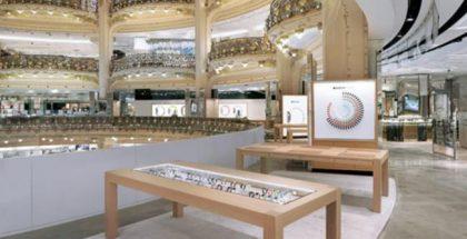 Apple Watchin laaja osasto Galeries Lafayette -tavaratalossa Pariisissa.
