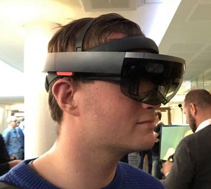 Vielä toistaiseksi HoloLens on varsin kookas laite. Uudet versiot ovat todennäköisesti pienempiä ja kevyempiä.