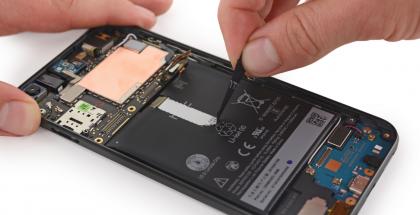 iFixitin katsauksessa Pixel XL:stä ei löytynyt muuta HTC:hen viittaavaa kuin vain akku.