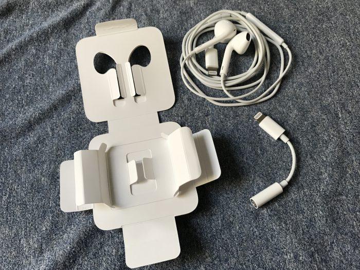 Apple toimittaa iPhone 7:n mukana Lightning-liitännälliset kuulokkeet ja adapterin perinteiselle kuulokeliitännälle. Aiemmasta poiketen kuulokkeille ei tule enää mukana muovikoteloa, vaan ne löytyvät myyntipakkauksesta pahvissa joka auki taiteltuna näyttää vähän robotilta.
