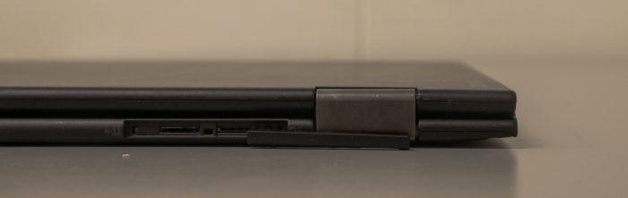 X1 Yogan takalaidassa on luukku, jonka taakse voi laittaa SIM-kortin ja muistikortin