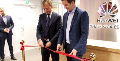 Huawein liikkeen esittelytilaisuudessa nauhan leikkasivat Hjallis Harkimo sekä Huawein kuluttajaliiketoimintajohtaja Mika Engblom.