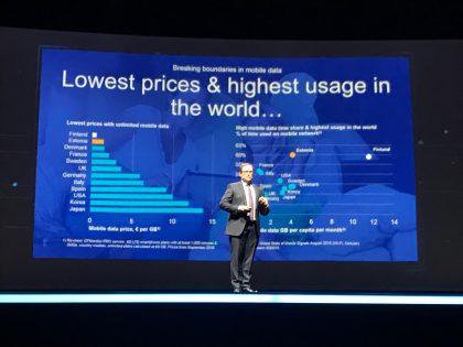 Elisan toimitusjohtaja Veli-Matti Mattila puhumassa Tokiossa järjestetyssä Mobile Broadband Forumissa Elisan rajattoman datan mallin tuomista tuloksista.