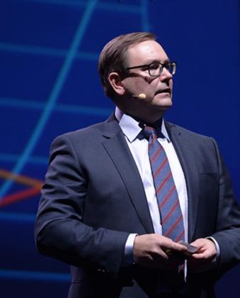 Mattila esittelemäässä Elisan toimintamallia Mobile Broadband Forumissa.