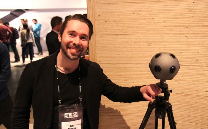 Nokialla kamerakehitystä OZO-tiimissä vetävä Juha Alakarhu yhdessä OZOn kanssa Slushissa.