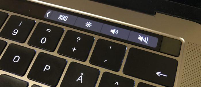 Touch ID:n sisältävä virtapainike erottuu selvästi erillisenä Touch Barin oikeasta päästä.