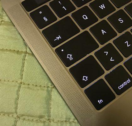 Uuden MacBook Pron näppäimistön sivuilla on kaiutinritilän näköiset aukot, joista ääni ei kuitenkaan todellisuudessa pääosin tule ulos.