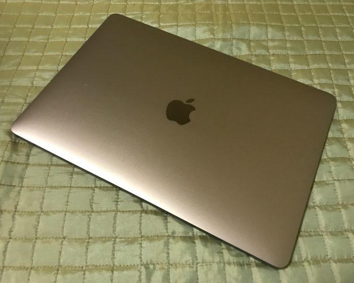 Uusi tummempi tähtiharmaa väri on tullut uuden MacBook Pron mallistoon.