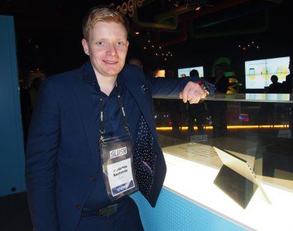 Eve-Tech ja toimitusjohtaja Konstantinos Karatsevidis ovat mukana Slushissa esittelemässä lasivitriinissä nähtävää aikaansaannostaan, Eve V -tietokonetta.