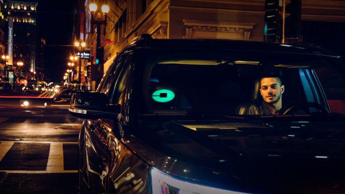 Uber Beacon -valo tuulilasin alakulmassa.