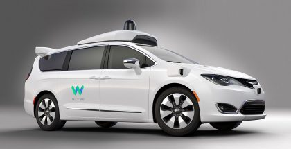 Waymon itseajavaksi robottiautoksi muunnettu Chryslerin tila-auto.