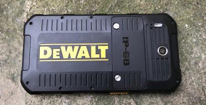 Takana näyttävä DeWalt-logo sekä muistutus myös IP68-luokitellusta veden- ja pölynkestävyydestä.