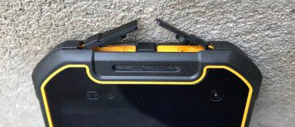 Micro-USB-liitäntä ja 3,5 mm -liitäntä on suojattu avattavin läppäluukuin.