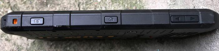 Vasemmalta löytyvät virta/lukituspainike keskeltä, äänenvoimakkuuden säätöpainikkeet sekä oma painike kameralle.